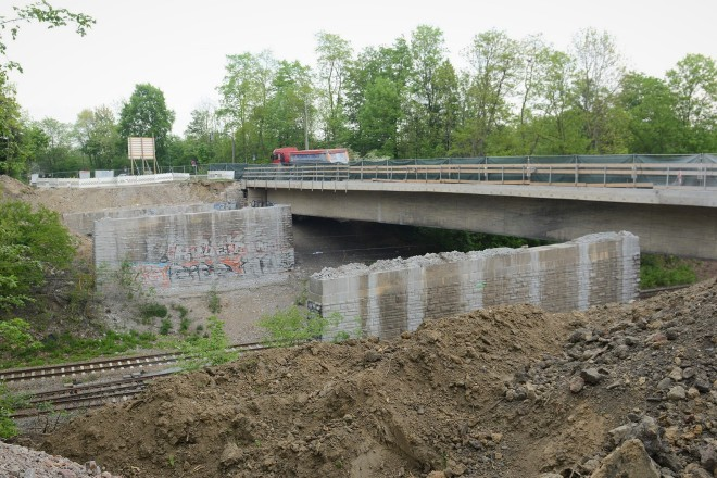 Foto: Zwischen Brückenpfeiler sowie altem Widerlager sollte eine Arbeitsfläche für ein Bohrgerät aufgeschüttet werden.
