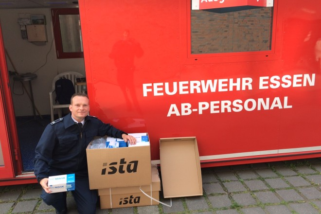 Thomas Rosen von der Feuerwehr Essen verteilt die Schutzmasken im Auftrag der Stadt Essen an die Pflege- und Seniorenheime.