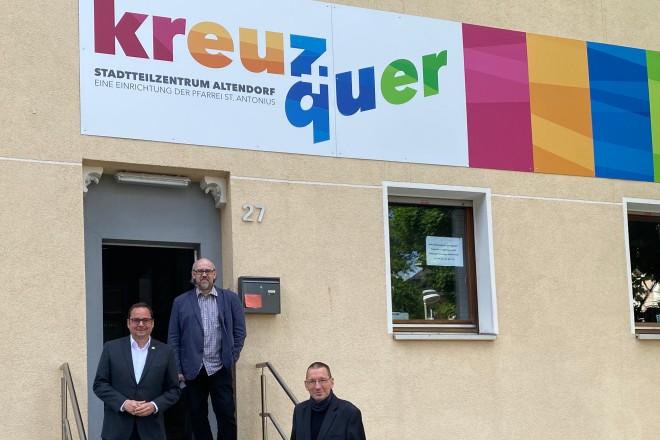 """Oberbürgermeister Thomas Kufen, Projektmitarbeiter Bernd Nerzak und Projektleiter Markus Tiefensee vor dem Stadtteilzentrum """"kreuz + quer"""". Foto: Stadt Essen"""