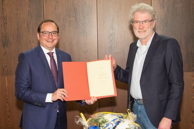 Foto: Verabschiedung von Klaus-Peter Böttger, dem Leiter der Satdtbibliothek, in den Ruhestand. Oberbürgermeister Thomas Kufen überreicht die Urkunde.