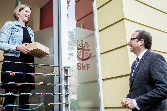Oberbürgermeister Thomas Kufen besucht das Cafe Schließfach mit den Beratungsdiensten von cse und Caritas. Auf dem Foto: Maike van Ackern und Oberbürgermeister Thomas Kufen.