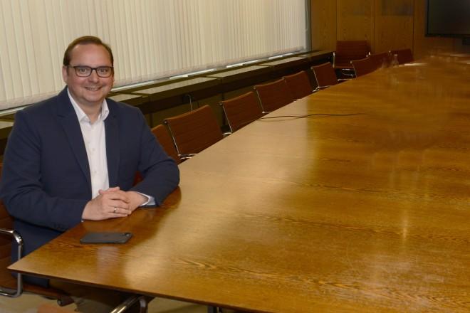 Oberbürgermeister Thomas Kufen im Gespräch mit Eddie Müller, Teilnehmer bei Ninja Warrior. Foto: Elke Brochhagen, Stadt Essen
