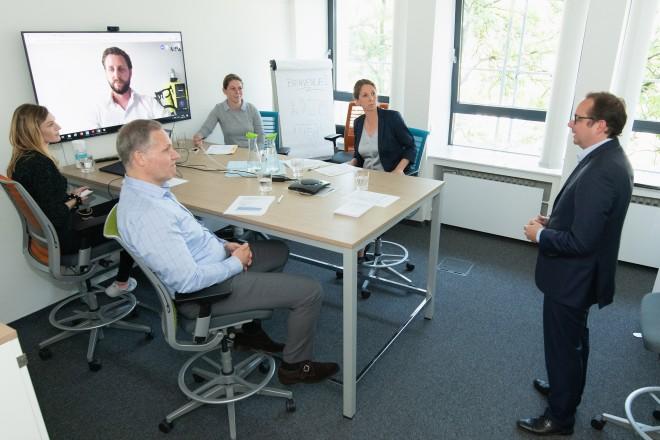 Oberbürgermeister Thomas Kufen (rechts), Andre Boschem von der EWG (vorne) und Svenja Krämer von der EMG (2. v.r.) sowie Mitarbeiterinnen aus dem Oberbürgermeisterbüro tauschten sich per Videokonferenz mit dem Marketing-Experten Tim Böker aus. Foto: Moritz Leick, Stadt Essen