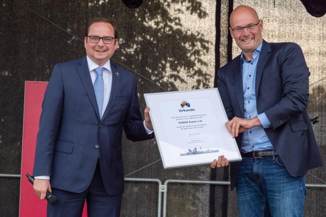 Foto: Oberbürgermeister Thomas Kufen beglückwünscht TUSEM Geschäftsführer Niels Ellwanger zum Aufstieg in die 1. Handball-Bundesliga.