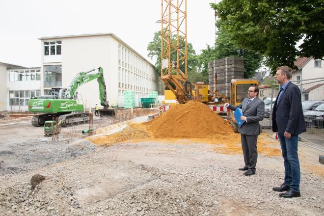 Foto: Oberbürgermeister Thomas Kufen zu Besuch in der Geschwister-Scholl-Realschule. Schulleiter Olaf Kehlert (rechts) zeigt die Baustelle für die neue Mensa.