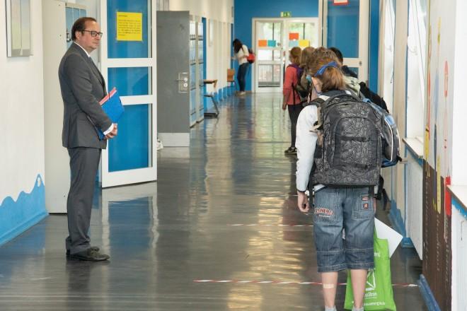 Foto: Oberbürgermeister Thomas Kufen zu Besuch in der Geschwister-Scholl-Realschule. Die Schüler reihen sich innerhalb der Abstandsmarkierungen auf.