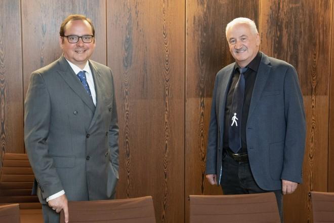 Foto: Oberbürgermeister Thomas Kufen und Wolfgang Packmohr, Polizeidirektor a.D., tauschten sich im Essener Rathaus aus.