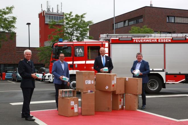 Foto: Übergabe von 10.000 FFP2 Masken. V.l.n.r.: Feuerwehrchef Thomas Lembeck, Oberbürgermeister Thomas Kufen, CORVIS Family Office Geschäftsführer Carsten Knauer und Stadtdirektor Peter Renzel.