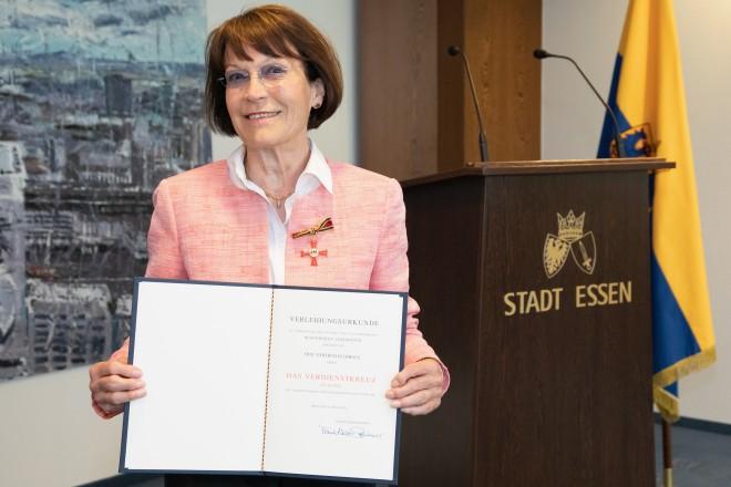 Foto: Die Essenerin erhält den Verdienstorden der Bundesrepublik Deutschland für ihr jahrzehntelanges ehrenamtliches Engagement im Bereich des Behindertensports.