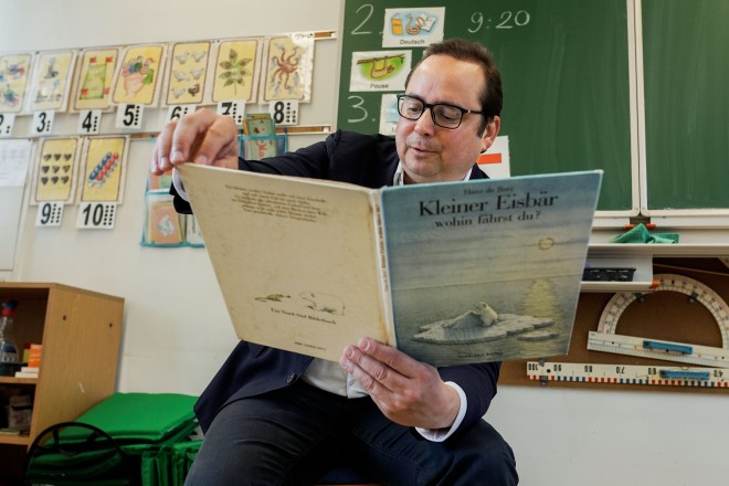 """Foto: Oberbürgermeister Thomas Kufen las aus """"Kleiner Eisbär wohin fährst du?""""."""