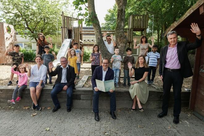 Foto: Glückliche Gesichter bei den Schülerinnen und Schülern und dem Lehrpersonal nach der Vorlesestunde mit Oberbürgermeister Thomas Kufen.