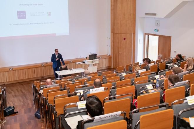 """Foto: Infoveranstaltung zu der """"syrischen Studie"""" im Haus der Technik. Oberbürgermeister Thomas Kufen begrüßt die Anwesenden."""