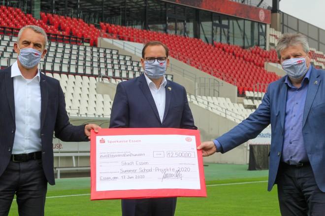 Foto: RWE-Vorstand Marcus Uhlig übergab Oberbürgermeister Thomas Kufen und Gesundheitsdezernent Peter Renzel den Scheck über 12.500 Euro.
