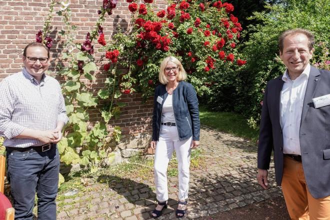 Foto: Oberürgermeister Thomas Kufen (links) erhält von Andrea Beckmann und Thomas Banzhaf (Mustergartenanlage im Grugapark e.V.) die Ehrenmitgliedsurkunde der Mustergärten im Grugapark.