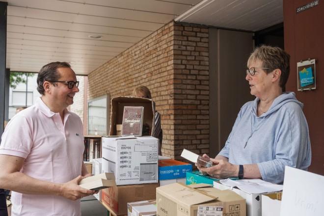Oberbürgermeister Thomas Kufen mit Ellen Menne beim Bücherverkauf der kFD zugunsten der Essener Elterninitiative zur Unterstützung krebskranker Kinder e.V.