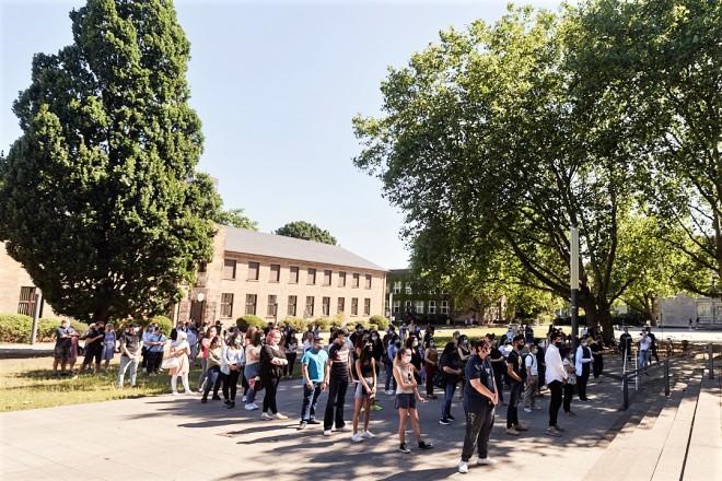 Foto: 100 Schülerinnen und Schülern der Volkshochschule Essen nahmen ihre Abschlusszeugnisse auf dem Burgplatz in der Innenstadt entgegen