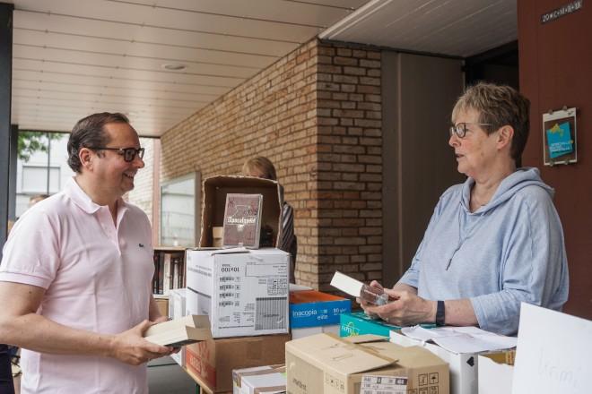 Oberbürgermeister Thomas Kufen auf dem Bücherflohmarkt in Überruhr. Foto: Michael Gohl