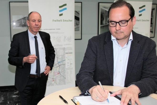 """Oberbürgermeister Thomas Kufen unterzeichnet die Kooperationsvereinbarung zum Projekt """"Freiheit Emscher"""". Foto: Stephan Conrad, RAG Montan Immobilien GmbH"""