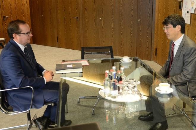 Oberbürgermeister Thomas Kufen empfängt den japanischen Generalkonsul Kiminori Iwama. Foto: Elke Brochhagen, Stadt Essen