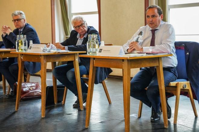 Foto: Beim Runden Tisch Contilia: v.l.: Ordnungsdezernent Christian Kromberg, Peter-Arndt Wülfing von der IG Altenessen, Oberbürgermeister Thomas Kufen.