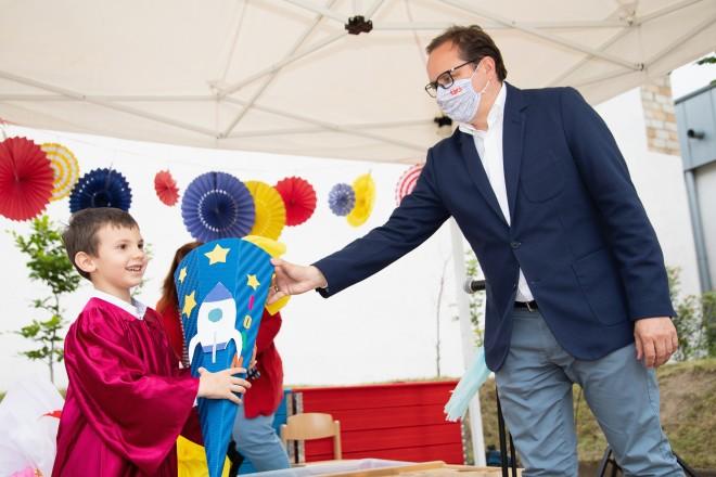Oberbürgermeister Thomas Kufen überreichte den Kindern ihre Schultüten. Moritz Leick, Stadt Essen