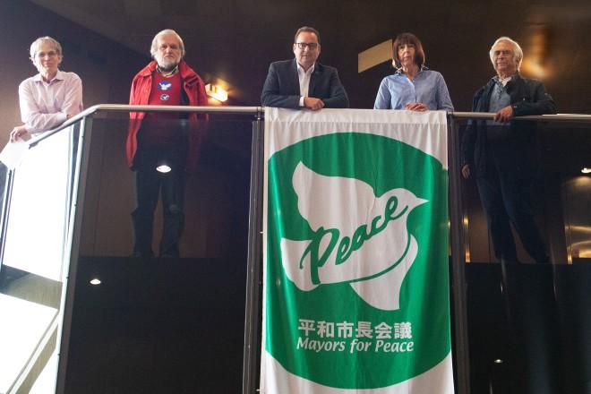 """Heute wurde im Foyer des Essener Rathauses die Flagge des weltweiten Bündnisses """"Mayors for Peace"""" gehisst. Foto: Elke Brochhagen, Stadt Essen"""
