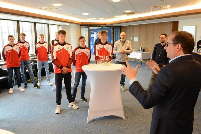 Oberbürgermeister Thomas Kufen gratulierte der U18-Mannschaft des Volleyballvereins Humann Essen.