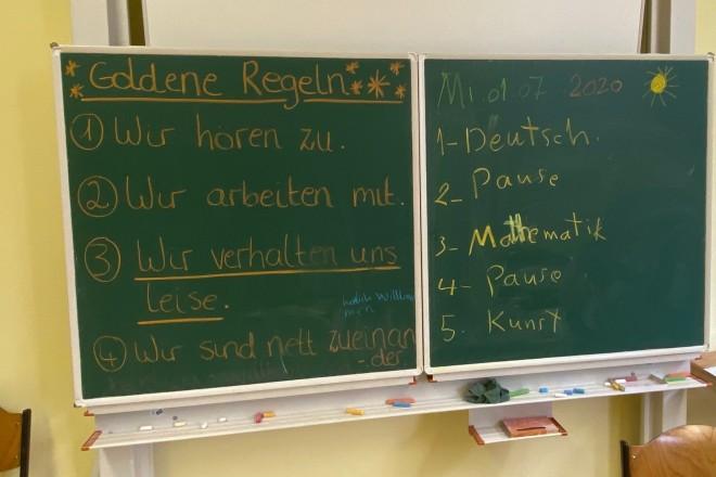"""Foto: Die goldenen Regeln der """"Schule in den Sommererien"""" wurde an die Tafel geschrieben."""