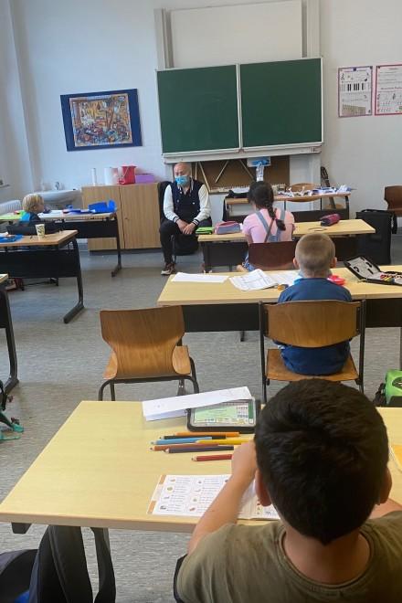 Foto: Kinder von unten während des Unterrichts