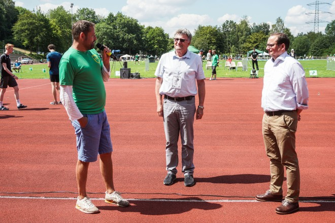 Oberbürgermeister Thomas Kufen (rechts) besucht den Tag der Überflieger auf der Bezirkssportanlage in Essen-Überruhr mit Tim Husel und Peter Wertl.