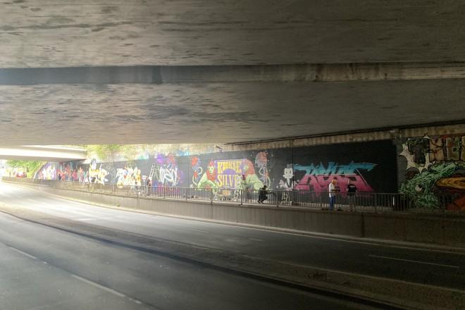 Foto: Die Künstler*innen gestalteten an der Frillendorfer Straße unter der A40 Brücke die grauen Betonwände mit Graffiti-Kunst.