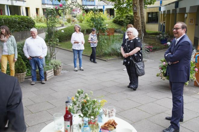 Foto: Oberbürgermeister Thomas Kufen (rechts) bei seinem Besuch im Zentrum 60plus in Rüttenscheid.