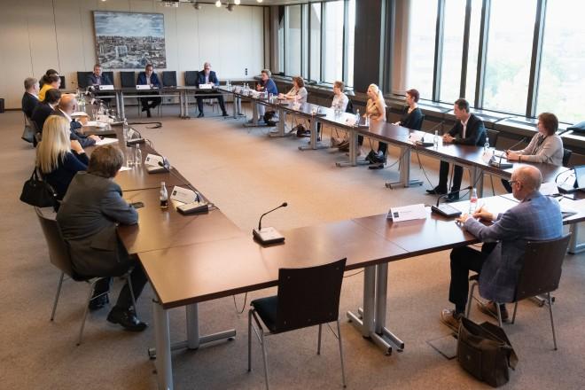 Foto: Treffen mit Galeria Karstadt Kaufhof-Vertreter*innen und Arbeitsmarktexperten im Essener Rathaus.