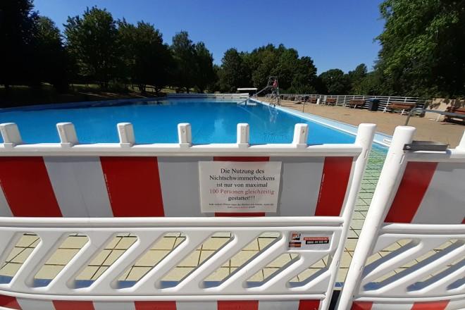 Foto: Beschilderungen weisen auf die zulässige Anzahl von Badegästen in den jeweiligen Becken hin.
