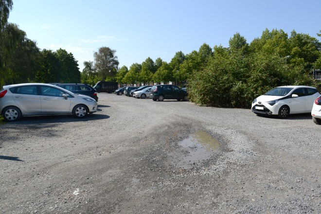 Die Parkplatzanlage der Zeche Carl an der Wilhelm-Nieswandt-Allee soll asphaltiert und gepflastert werden.