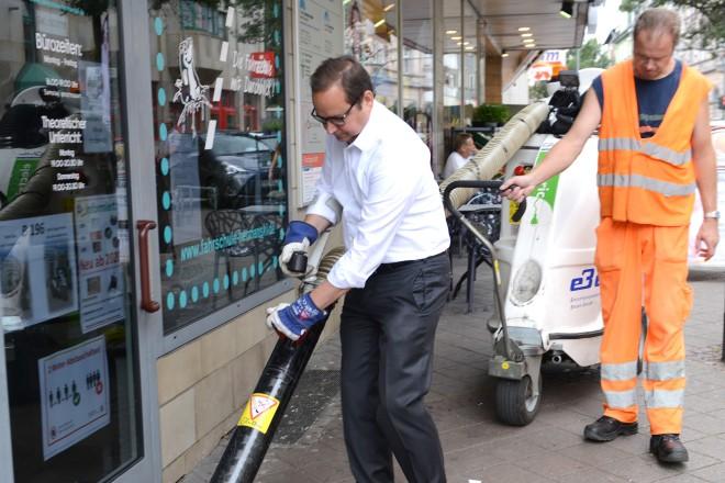 Oberbürgermeister Thomas Kufen informiert sich über EBE-Reinigungsaktion in Kray