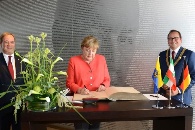 Stahlbucheintragung von Bundeskanzlerin Angela Merkel. V.l.n.r: Ministerrpräsident Armin Laschet, Bundeskanzlerin Angela Merkel und Oberbürgermeister Thomas Kufen.