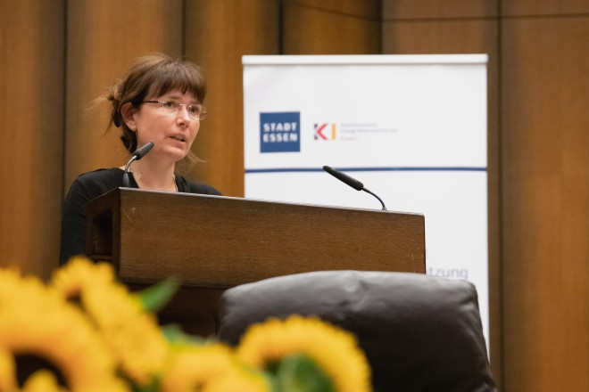 Foto: Galina Borchers, Leiterin des Kommunalen Integrationszentrums der Stadt Essen, begrüßt die Gäste im Ratssaal.