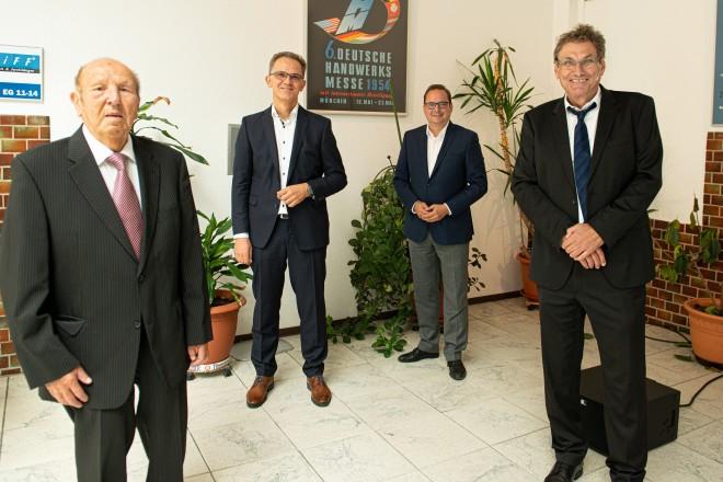 v.r.n.l: Dirk Otto (Vorstandsvorsitzender und Zentrumsleiter), Stefan Kaul (Prokurist und stellvertretender Zentrumsleiter), Oberbürgermeister Thomas Kufen und Werner Dieker (Aufsichtsratsvorsitzender)