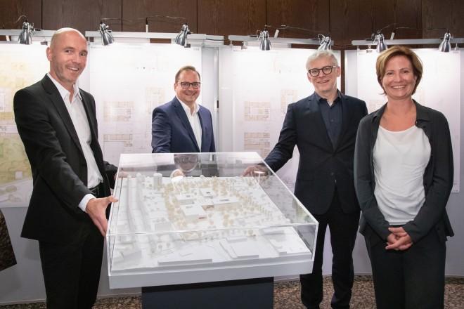 v.l.n.r.: Markus Kilian (v-architekten GmbH), Oberbürgermeister Thomas Kufen, Martin Harter (Geschäftsbereichsvorstand Stadtplanung und Bauen) und Andrea Schattberg (Fachbereich Schule, Stadt Essen).