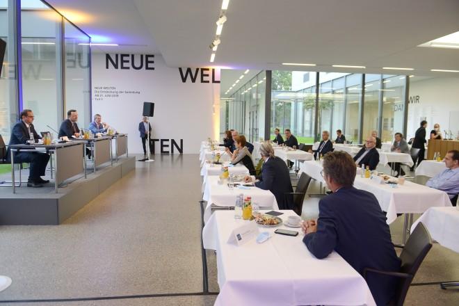 Am gemeinsamen Austausch nahmen neben Oberbürgermeister Thomas Kufen, Bundesgesundheitsminister Jens Spahn und Stadtdirektor Peter Renzel auch Vertreter*innen der Essener Krankenhäuser, des Gesundheitsamtes, der Universität Duisburg-Essen, der Kassenärztlichen Vereinigung sowie der Feuerwehr Essen teil.