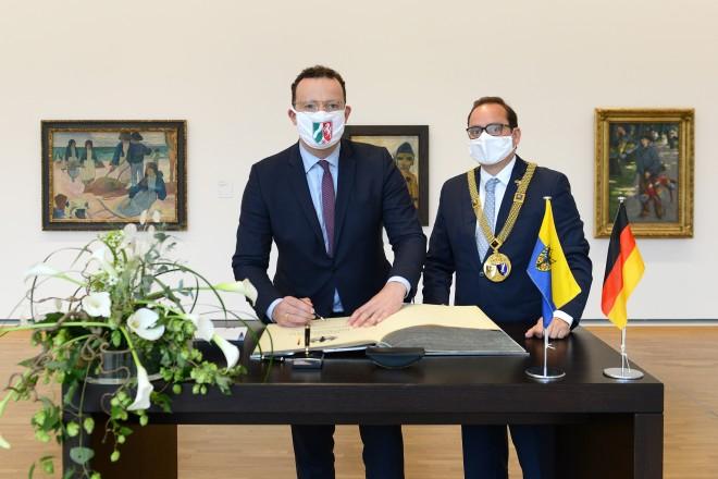 Zum Abschluss seines Besuchs trug sich Bundesgesundheitsminister Jens Spahn in das Stahlbuch der Stadt Essen ein.