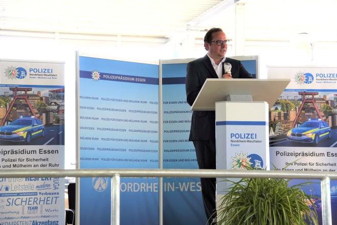 Foto: Oberbürgermeister Thomas Kufen spricht bei der Eröffnung der Polizeiliegenschaft an der Theodor-Althoff-Straße