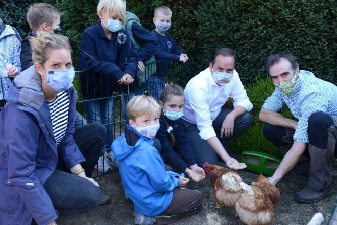 Oberbürgermeister Thomas Kufen bei der Übergabe der Hühner an die Schule Gerschede.
