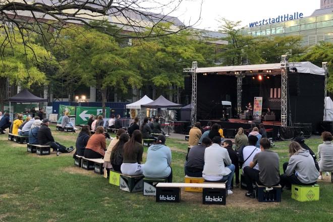 """Foto: Poetry Slam mit dem Titel """"Europa – was bedeutet es für mich"""" auf der Außenbühne der Weststadthalle Essen."""