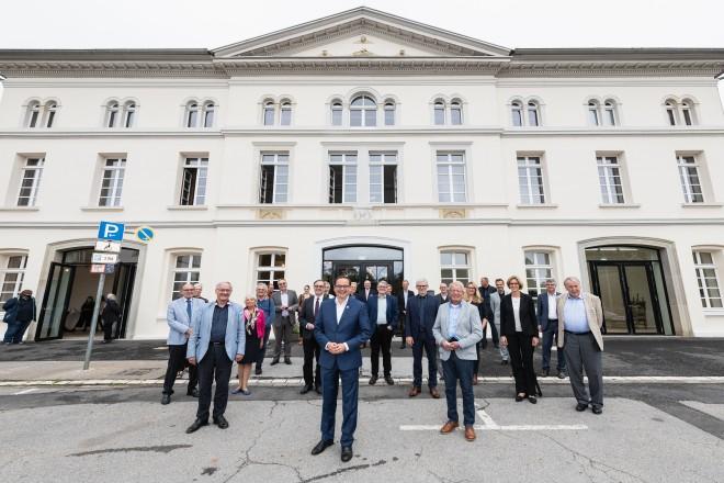 Vor dem sanierten Wirtschaftsgebäude: Oberbürgermeister Thomas Kufen mit Vertreter*innen der Stadtverwaltung, Politik und Folkwang Universität der Künste.