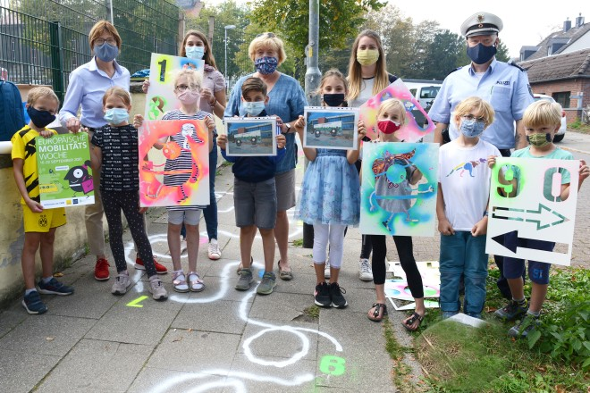Schüler*innen der Ardeyschule haben im Rahmen der Europäischen Mobilitätswoche die Gehwege vor ihrer Schule umgestaltet.