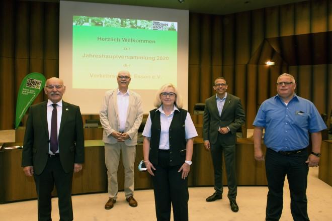 Jahreshauptversammlung der Verkehrwacht Essen e.V.. V.l.n.r. : Bürgermeister Rudolf Jelinek, Karl-Heinz Webels (Vorsitzender der Verkehrswacht), Doris Apsel (Busfahrerin bei der Ruhrbahn), Michael Feller (Geschäftsführer der Ruhrbahn) und Oliver Raspel (Busfahrer bei der Ruhrbahn).