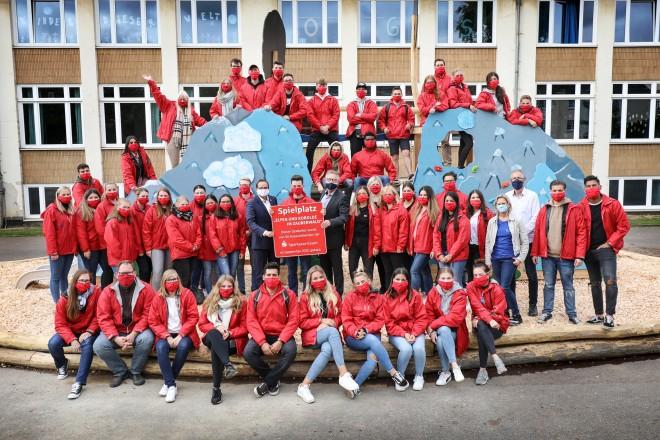 Foto: Gruppenfoto mit vielen Menschen in roten Jacken.