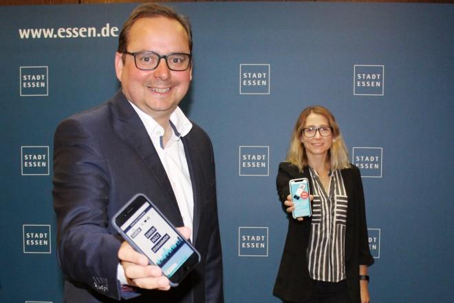 """Foto: Sozialdezernent Peter Renzel und Oberbürgermeister Thomas Kufen begrüßen die Gründerinnen von """"I do Essen"""" Lisa Prokasky und Birke Benzke im Rathaus."""